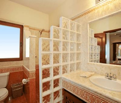 Upstairs Ocean Suite Bathroom